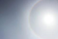 在太阳附近的一条彩虹在天气前的下午恶化的光晕 库存照片