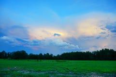 在太阳集合的云彩 库存照片