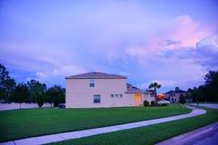 在太阳集合的云彩 免版税库存照片