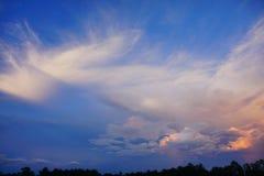 在太阳集合的云彩 库存图片