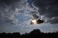 在太阳` s光芒的直升机 库存照片