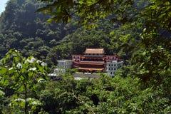 在太鲁阁国家公园中间的陈广寺庙 图库摄影