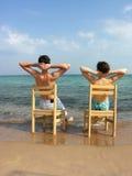 在夫妇之后的海滩 免版税库存照片
