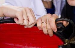 在夫妇手上的婚戒 库存照片