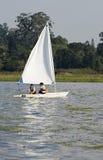 在夫妇湖航行垂直间 免版税库存图片