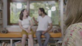 在夫妇疗期期间,有恼怒的夫妇与和责备自己战斗的一次婚姻危机由女性顾问分析了- 影视素材