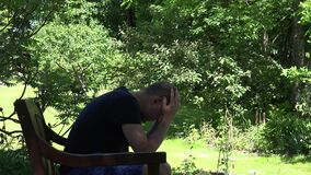 在失业以后的恼怒的男性工作者 丈夫在通奸以后的失去的妻子 4K 影视素材