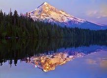 在失去的湖俄勒冈的日落 免版税库存照片