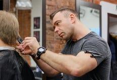 在头发切口的大师 好一名满意的顾客的心情好理发 库存照片