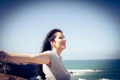 在头发的夏天翼使我愉快 15个妇女年轻人 免版税库存图片