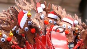 在头的新年和圣诞节箍以在圣诞老人项目帽子的在耳朵关闭的鹿和响铃的形式看法 的treadled 股票录像