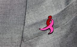 在夹克的乳腺癌丝带 库存照片