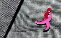在夹克的乳腺癌丝带 库存图片