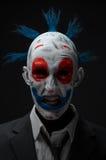 在夹克的小丑疯狂的蛇神红色蓝色 免版税库存照片