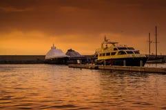 在奇怪的天气的小游艇船坞日落 免版税库存照片