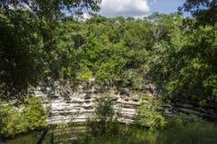 在奇琴伊察,世界的奇迹的神圣的Cenote 免版税库存图片