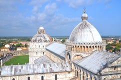 在奇迹正方形的印象深刻的鸟瞰图在比萨,意大利 免版税库存照片