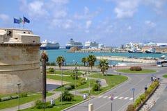 在奇维塔韦基亚港和堡垒米开朗基罗的塔的看法在奇维塔韦基亚,意大利 库存照片