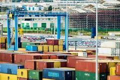 在奇维塔韦基亚,意大利的运输货柜和机动车存贮 库存照片