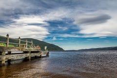 在奈斯湖的老港口在晴朗的苏格兰 库存照片