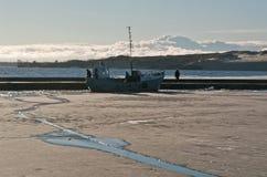 在奈达,立陶宛海湾的小船,冬天 库存照片