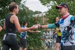 在奔跑期间,雷根斯堡,巴伐利亚,德国, 2017年8月06日,第28雷根斯堡三项全能2017年,赛跑者采取塑料海绵用水 免版税库存图片