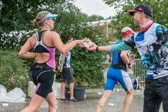 在奔跑期间,雷根斯堡,巴伐利亚,德国, 2017年8月06日,第28雷根斯堡三项全能2017年,赛跑者采取塑料海绵用水 库存图片