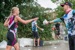 在奔跑期间,雷根斯堡,巴伐利亚,德国, 2017年8月06日,第28雷根斯堡三项全能2017年,赛跑者采取塑料海绵用水 库存照片