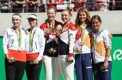 在奖牌仪式期间,网球妇女的双奖章获得者合作瑞士(l),队俄罗斯并且合作捷克 库存照片