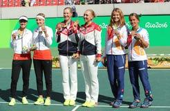 在奖牌仪式期间,网球妇女的双奖章获得者合作瑞士(l),队俄罗斯并且合作捷克 免版税库存照片