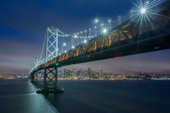在奥克兰圣弗朗西斯科海湾桥梁和旧金山地平线,加利福尼亚的黄昏 库存图片