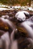 在奥克兰奔跑的小瀑布,在萨斯奎哈那河附近的冬天期间 图库摄影