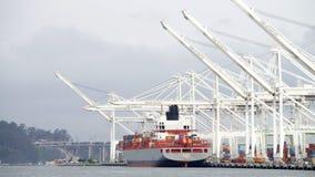 在奥克兰港的货船ALLISE P装货  免版税库存照片