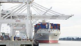 在奥克兰港的货船OOCL北京装货  库存图片