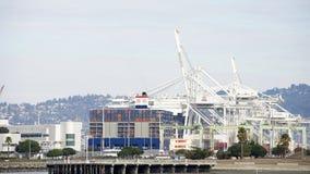 在奥克兰港的Megaship本杰明・富兰克林装货  免版税库存照片