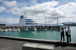 在奥克兰Wynyard码头的M/Y A豪华马达游艇停泊 免版税库存照片