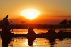 在奥卡万戈三角洲的日落在非洲 库存图片