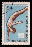在奥地利打印的邮票显示潜水者、第13欧洲游泳、潜水和水球冠军,维也纳 免版税库存照片