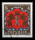 在奥地利打印的邮票显示维也纳制革工人的胳膊 免版税库存图片