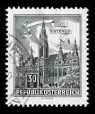 在奥地利打印的邮票显示香港大会堂,维也纳 库存照片