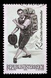 在奥地利打印的邮票,展示小歌剧的字符鸟卖主 库存图片
