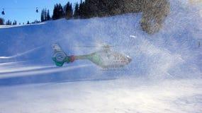 在奥地利抢救离开在Nassfeld滑雪区域的直升机 免版税库存图片