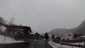 在奥地利村庄飞奔在驾车的凸轮 股票录像