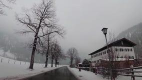 在奥地利村庄飞奔在驾车的凸轮 股票视频