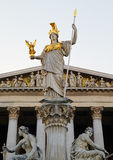 在奥地利议会前面的Pallas雅典娜纪念碑 库存照片
