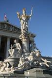 在奥地利议会大厦前面的Pallas雅典娜喷泉在维也纳 免版税库存图片