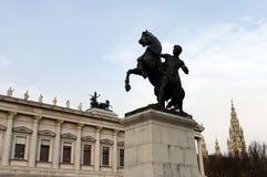 在奥地利议会大厦附近的古铜色雕象马温驯位于维也纳 它是由J设计的并且执行 松驰在18 库存图片
