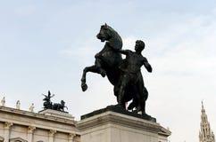 在奥地利议会大厦附近的古铜色雕象马温驯位于维也纳 它是由J设计的并且执行 松驰在18 库存照片