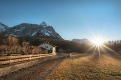 在奥地利阿尔卑斯和村庄的冬天阳光 免版税库存照片