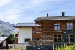 在奥地利阿尔卑斯夏时的传统瑞士山中的牧人小屋 免版税图库摄影